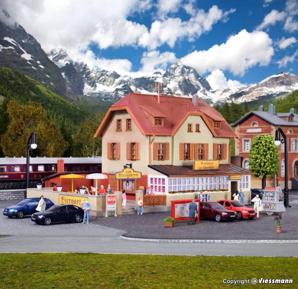 N Gasthaus zur Eisenbahn mit Biergarten