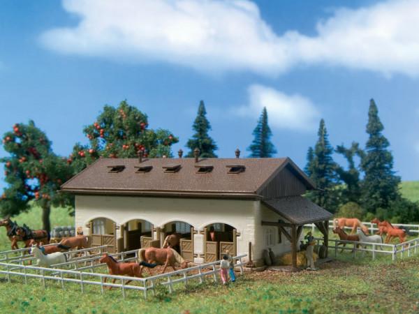 N Pferdestall mit Pferden
