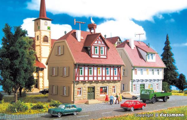 N Wohnhaus mit Storchennest