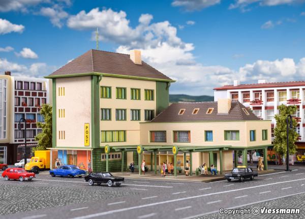 N Postamt mit Nebengebäude und Bushaltestelle