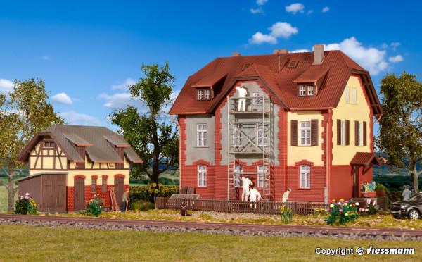 H0 Eisenbahner-Wohnhaus mit Baugerüst und